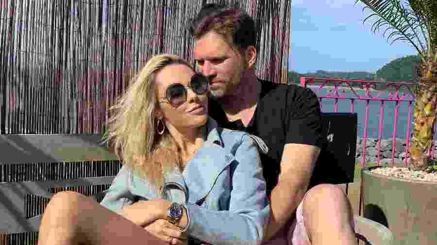 A médica Ingrid Lückmann e o chef e apresentador Carlos Bertolazzi, que anunciaram casamento - Arquivo Pessoal
