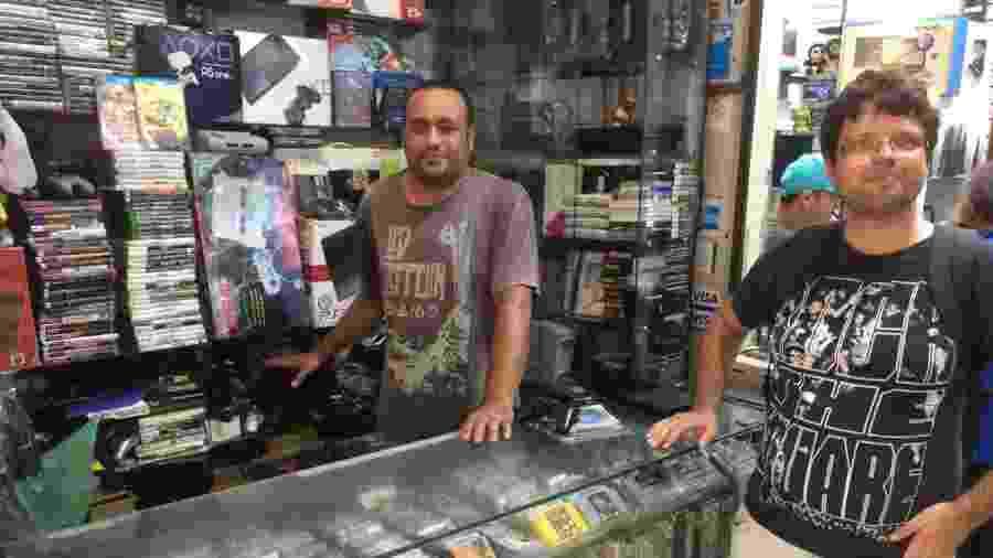 Na Santa Ifigênia, Aílton atende Caio Turilli, 37 anos, que migrou de games mais modernos para jogos antigos - Emanuel Colombari/UOL