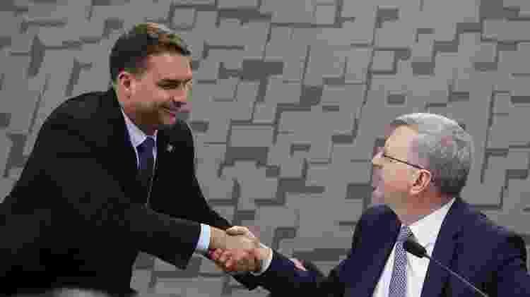 Flávio Bolsonaro cumprimenta o diplomata Nestor Foster, indicado para o cargo de embaixador do Brasil nos Estados Unidos -
