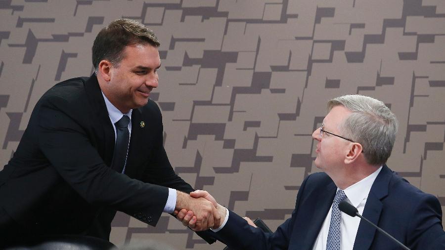 Flávio Bolsonaro cumprimenta o diplomata Nestor Forster, indicado para o cargo de embaixador do Brasil nos Estados Unidos - DIDA SAMPAIO/ESTADÃO CONTEÚDO