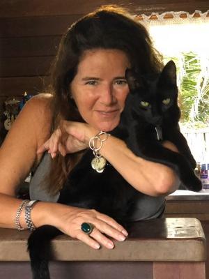 Glória Moreira Lima, há 23 anos na ilha e preocupada com os animais abandonados da ilha - Arquivo pessoal