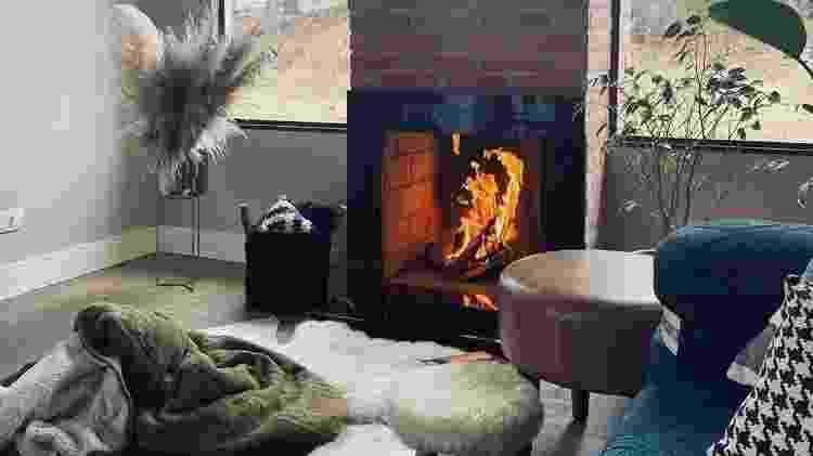 Sala de estar com lareira na casa de Bia Claudino - Reprodução/Instagram - Reprodução/Instagram