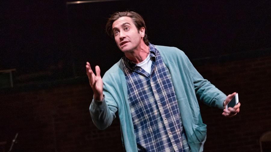 """Jake Gyllenhaal em cena em """"Sea Wall/A Life"""", que lhe rendeu indicação ao Tony - Reprodução"""