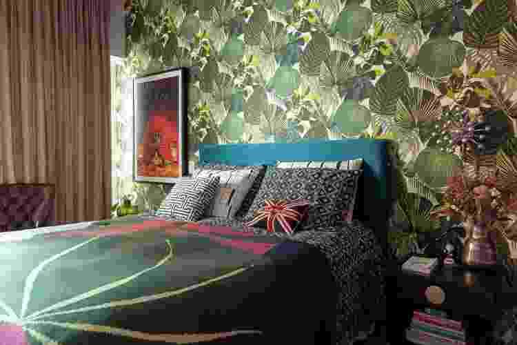 Quarto com papel de parede com imagens de plantas - Bia Tabosa/Divulgação - Bia Tabosa/Divulgação