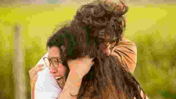 Lurdes abraça seu filho Domenico - Reprodução/Globo - Reprodução/Globo