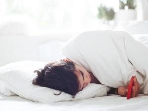 stile di vita sedentario, donna, sdraiata a letto, cellulare, stabile, addormentata, comoda, riposo - Gaelle Marcel / Unsplash - Gaelle Marcel / Unsplash