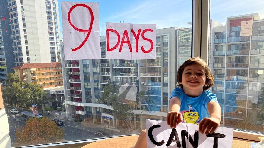 Benjamin, filho de Juliano, posa em frente à contagem regressiva para deixar a quarentena em hotel na Austrália - Arquivo pessoal