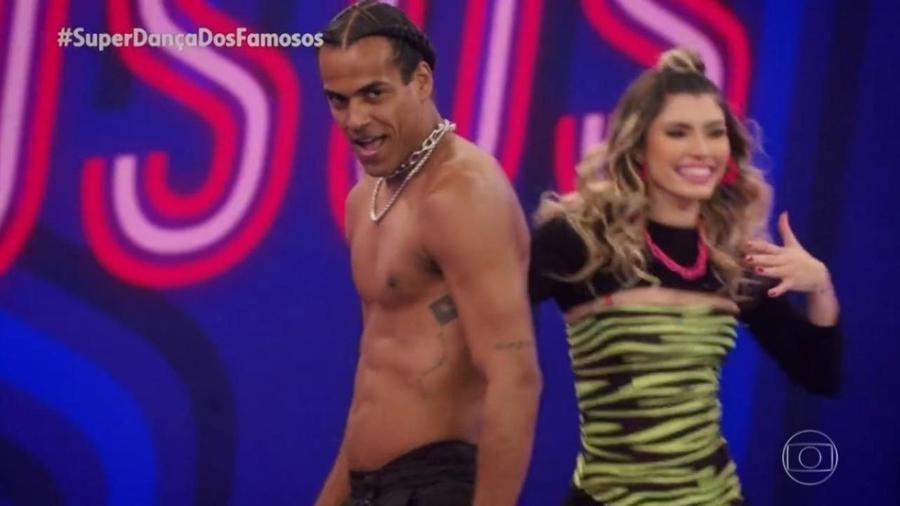 """Marcello Melo Jr. tira a camisa em sua performance de funk na """"Super Dança dos Famosos"""" - Reprodução/Globoplay"""