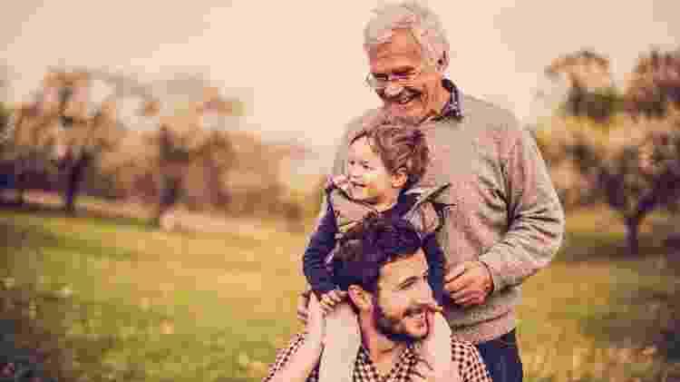 Três gerações, doenças hereditárias, pai, filho e neto, idoso - iStock - iStock