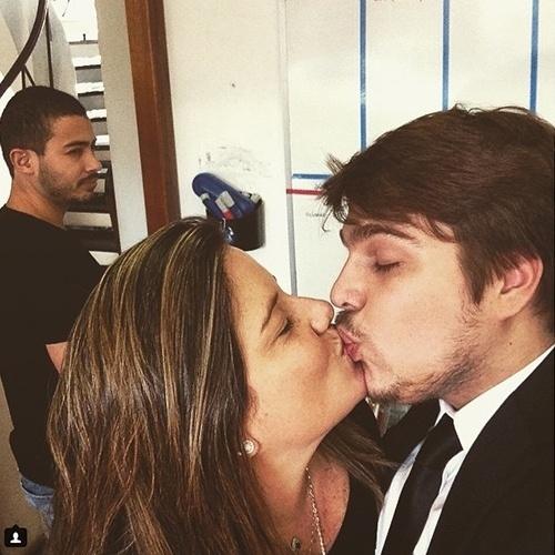 """2015 - Lucas Salles beija a namorada, a produtora Camila Colombo, em foto publicada no Instagram. """"Eu, minha gata (@camilacolombo ) e um invejoso ( @diegodelari ) por não ter uma gata para passar o dia dos namorados"""", escreveu"""