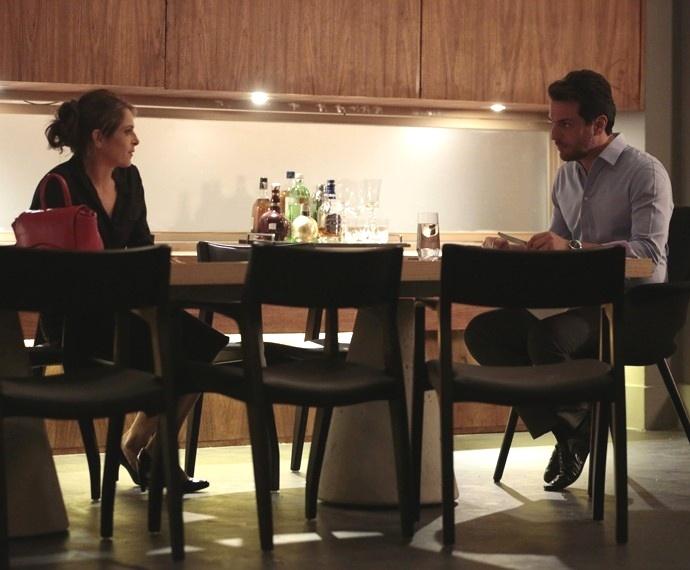 Carolina quer saber o motivo de Alex se incomodar com o casamento de Angel e Guilherme