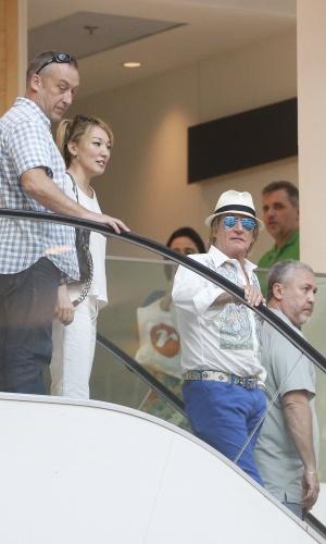 20.set.2015 - De chapéu, óculos espelhados, camisa estampada e calças azuis, Rod Stewart chamou atenção em shopping da zona sul do Rio de Janeiro