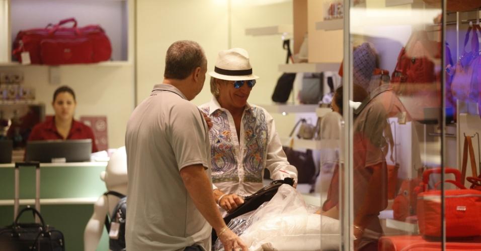 20.set.2015 - Rod Stewart fez compras em shopping da zona sul do Rio. O músico é uma das principais atrações da terceira noite de Rock in Rio