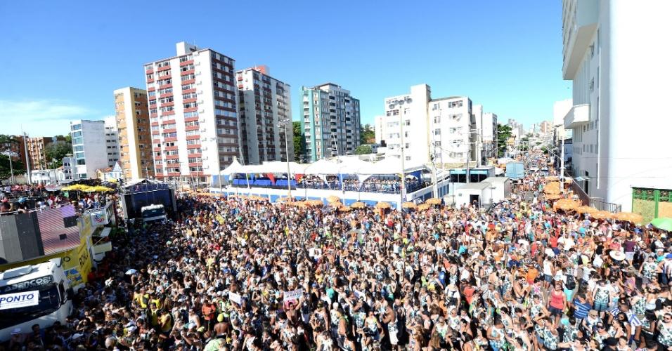 05.fev.2016 - Bell Marques agita multidão durante o Carnaval de Salvador.