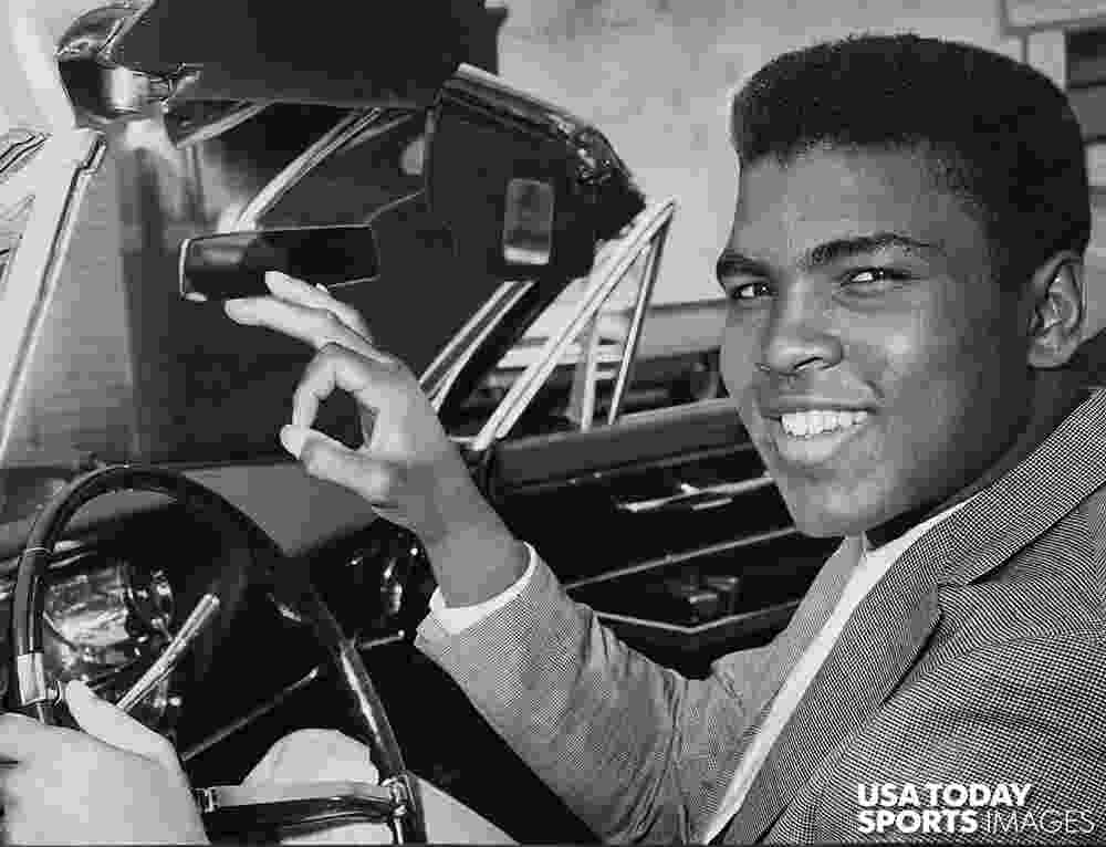 Muhammad Ali ao volante de conversível em 1963 - Bud Kamenish/The Courier-Journal/USA Today Sports Image