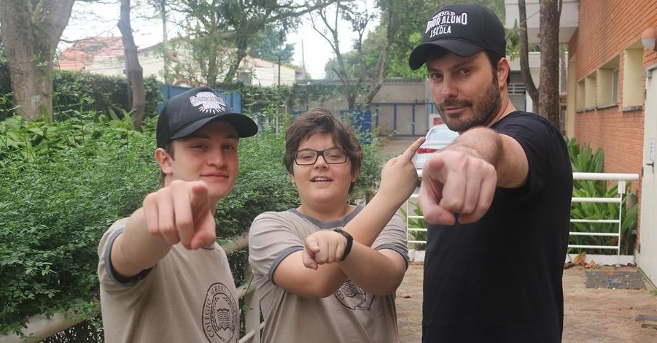 Danilo Gentili posa com atores mirins nos bastidores de filmagem do seu primeiro longa,