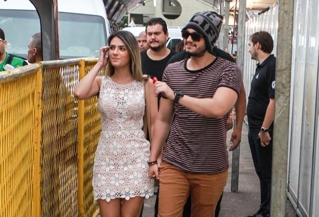 Jade Magalhães usa vestido off-white rendado e anda de mãos dadas com Luan Santana
