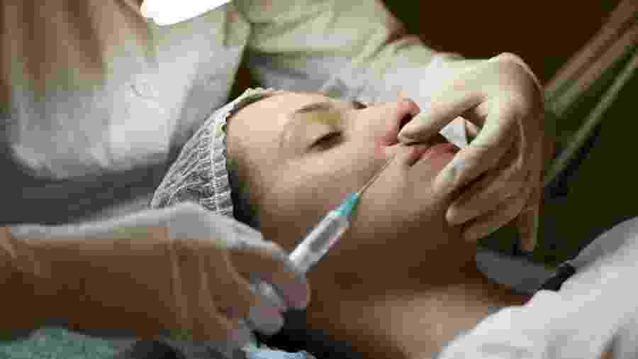Cosmético promete deixar a pele mais lisa. Mas será que o resultado é similar ao da toxina botulínica? - iStock