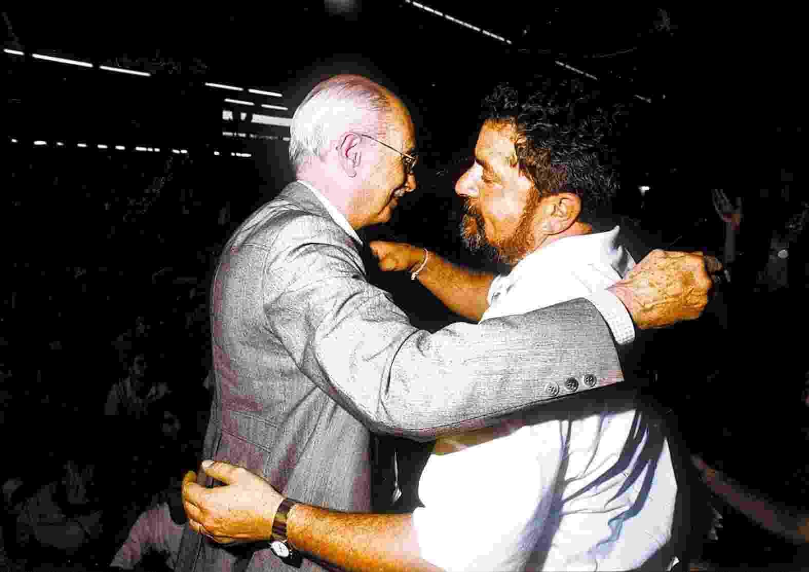 Antonio Candido encontra o candidato do PT à Presidência, Luiz Inácio Lula da Silva, durante as eleições de 1994 - Evelson de Freitas/Folhapress