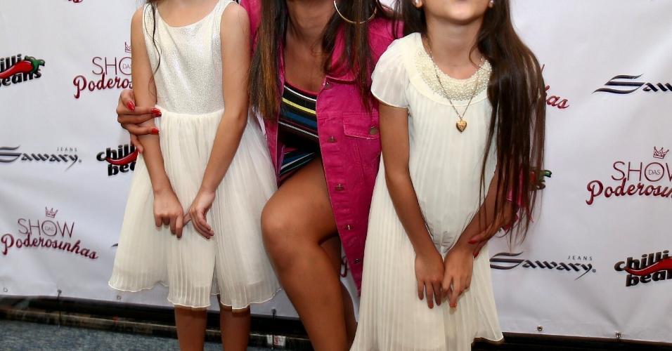 Fofas, as gêmeas filhas de Flávia e Luciano Camargo fizeram pose com Anitta