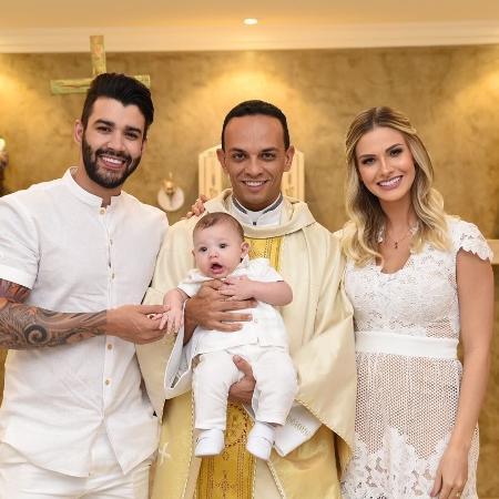 Gusttavo Lima e Andressa Suita com o filho durante o batizado - Reprodução/Instagram/gusttavolima