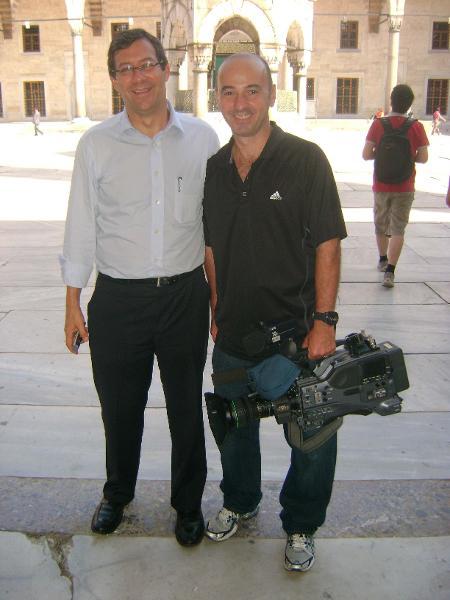 """Repórter Ricardo Lessa e o cinegrafista Ricardo Rossini, na Turquia, em trabalho para o """"GloboNews Especial"""" em 2010 - Divulgação / Globo"""