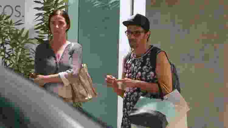 Acompanhada de um amigo, Luma de Oliveira deixou o shopping carregando várias sacolas  - AgNews - AgNews