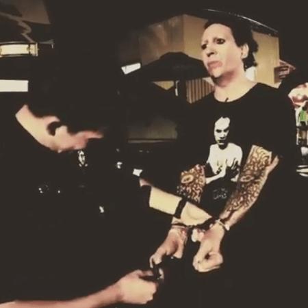 Marilyn Manson é algemado em pegadinha - Reprodução/Instagram