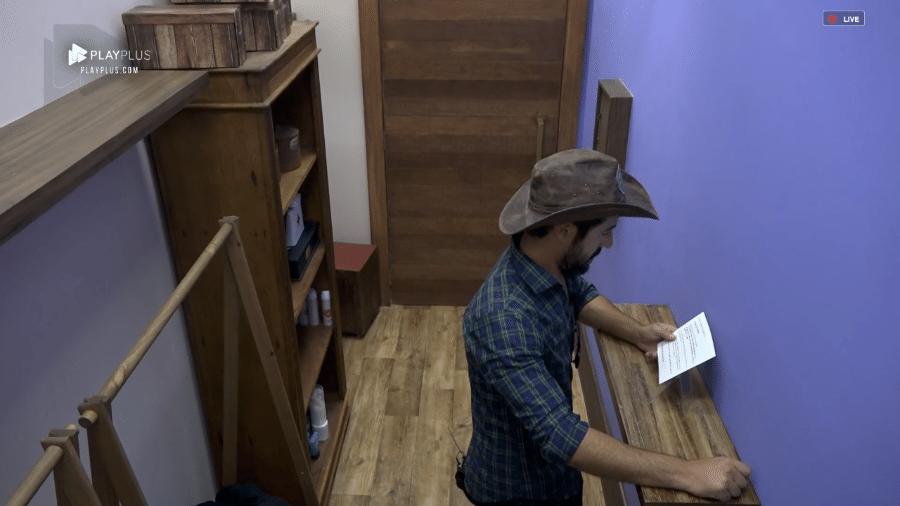 """Sandro Pedroso lê recado da produção em """"A Fazenda 10"""" - Reprodução/PlayPlus"""