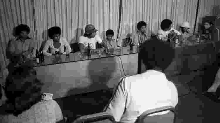 Ao lado do pai Joe Jackson (à esquerda), integrantes do Jackson 5 conversam com jornalistas brasileiros - Reprodução/Acervo O Globo - Reprodução/Acervo O Globo