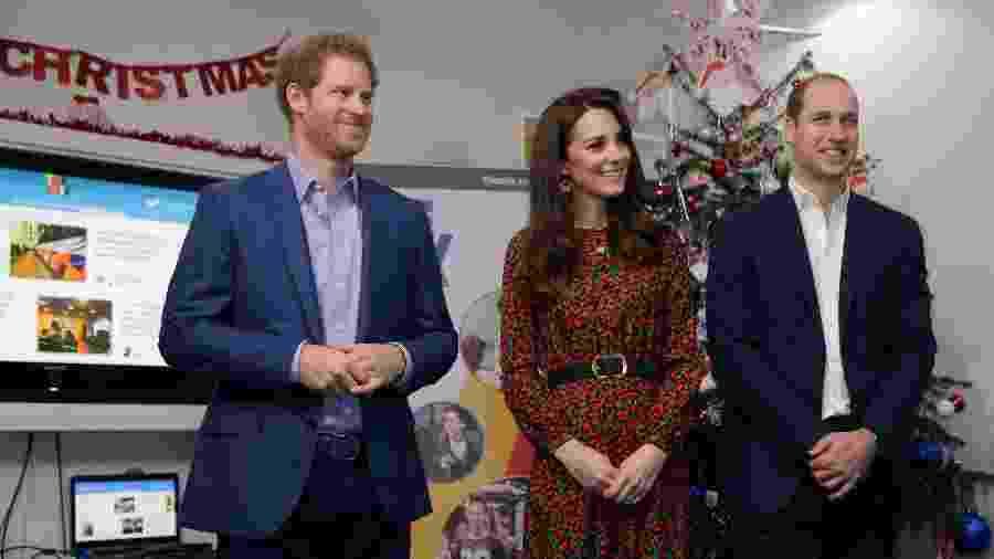 O príncipe Harry, Kate, a duquesa de Cambridge e o príncipe William compareceram a uma festa de Natal para voluntários de um centro comunitário londrino que é parte de seu projeto de saúde mental. - Getty Images