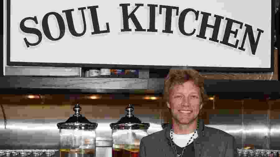 Com Jon Bon Jovi, há, sim, almoço grátis; cantor posa na inauguração do restaurante Soul Kitchen em New Jersey - John W. Ferguson/Getty Images