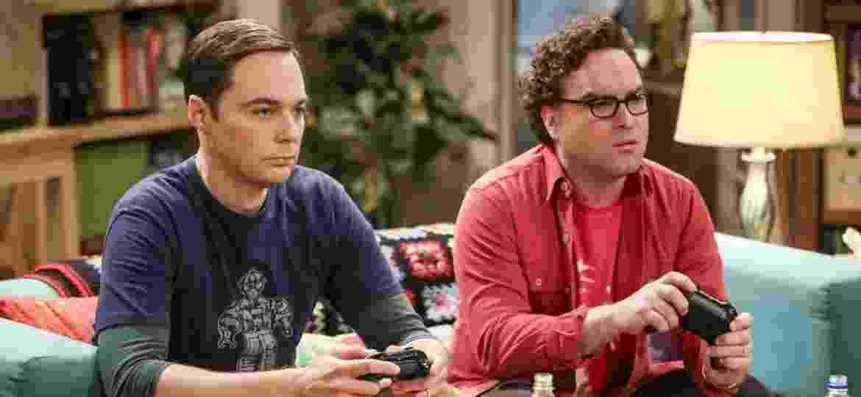 """Sheldon (Jim Parsons) e Leonard (Johnny Galecki) em cena da última temporada de """"The Big Bang Theory"""" - Divulgação"""