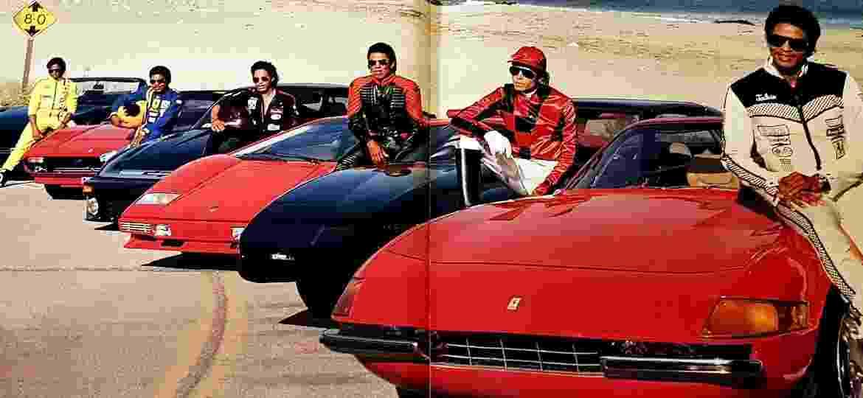 """Como se diferencia dos irmãos vestidos de piloto? Michael Jackson se veste de jóquei, junto a um Pontiac Trans AM - Harrison Funk/Michael Jackson""""s Opus/Reprodução"""