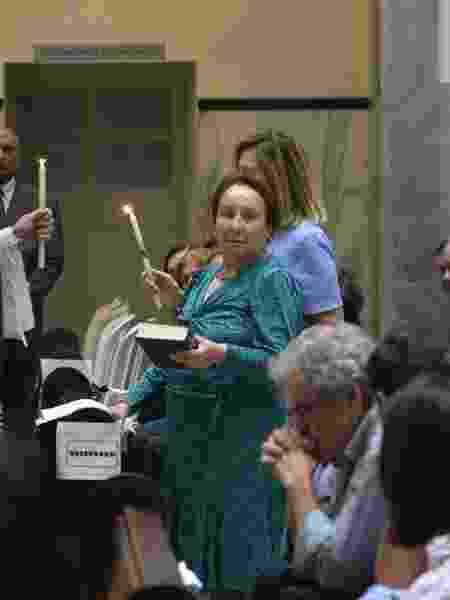 Maria do Céu, mãe do apresentador Gugu Liberato, durante a missa de sétimo dia do filho, em São Paulo - Francisco Cepeda/AgNews