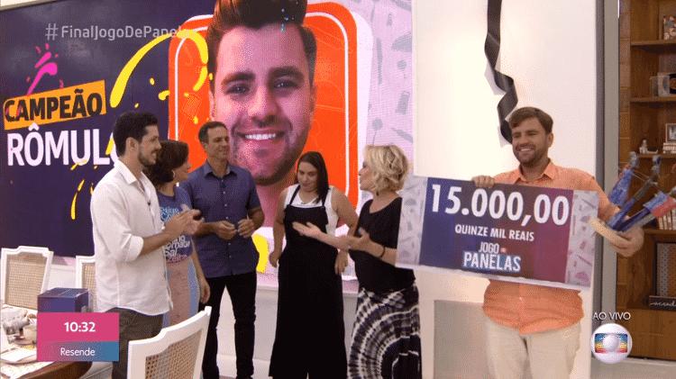 Rômulo recebe prêmio do Jogo de Panelas, do Mais Você - Reprodução/Globoplay - Reprodução/Globoplay
