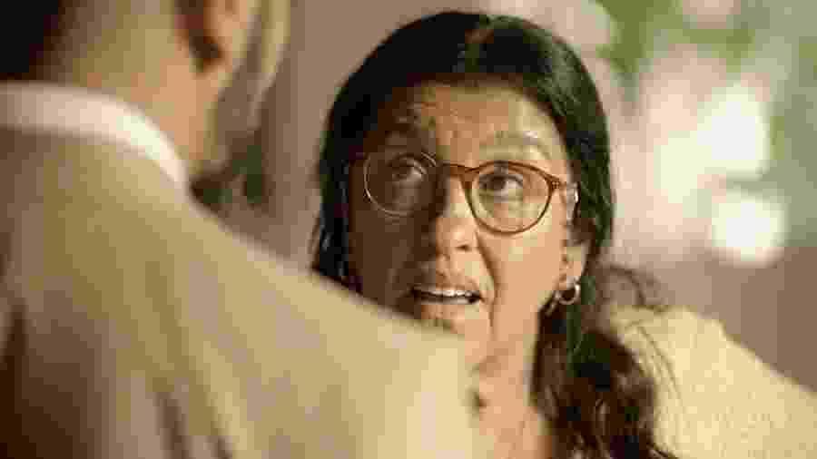 Lurdes (Regina Casé) enfrenta Àlvaro (Irandhir Santos) em Amor de Mãe - REPRODUÇÃO/REDE GLOBO