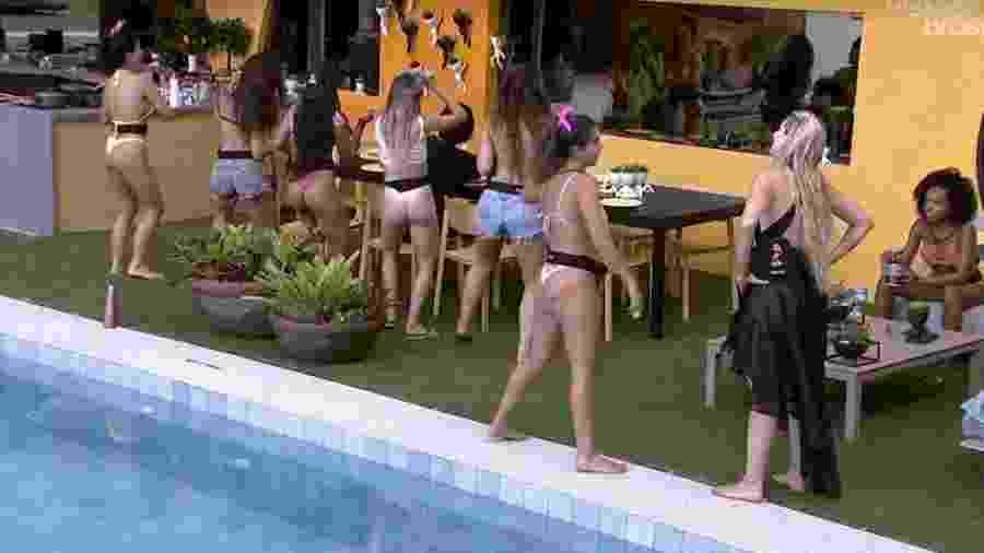 Sisters dançam funk na área externa da casa - Reprodução/Globoplay