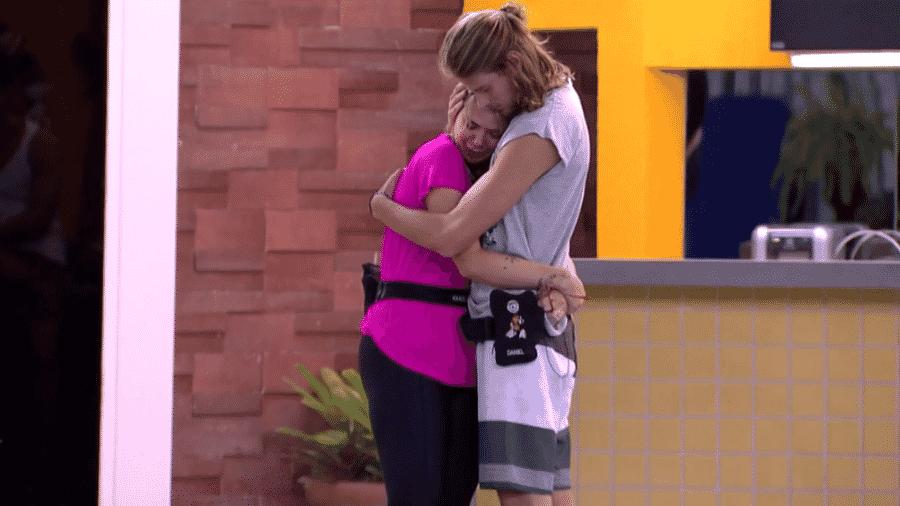 Marcela é consolada por Daniel - Reprodução/Globoplay