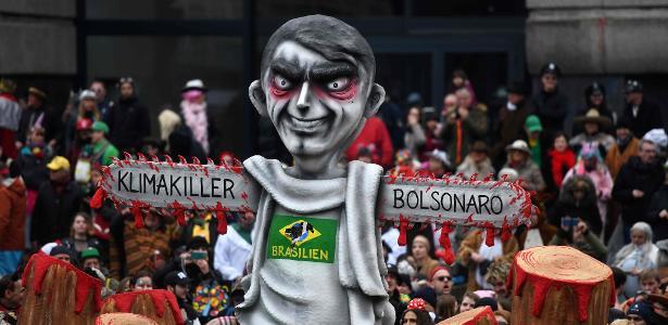 Carnaval no exterior | Bolsonaro é retratado como 'assassino do clima' em folia alemã