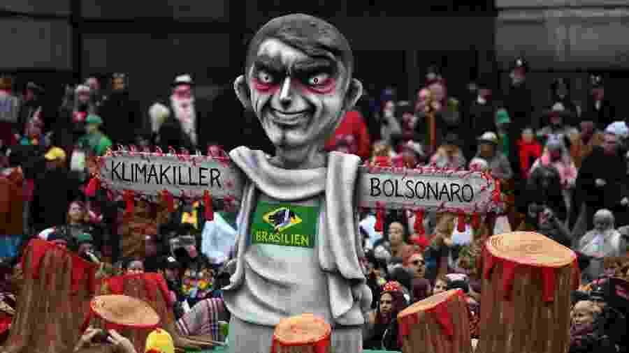 Carro alegórico com boneco do presidente brasileiro com serras elétricas no lugar dos braços  - Ina Fassbender/AFP