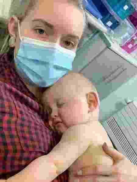 Courtney Barker e o filho Arthur - Reprodução / Facebook