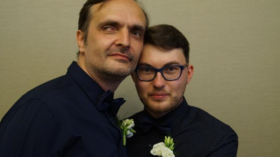 O ativista Igor Kochetkov (à esq.) com o marido, Kir Fedorov - Reprodução/Facebook