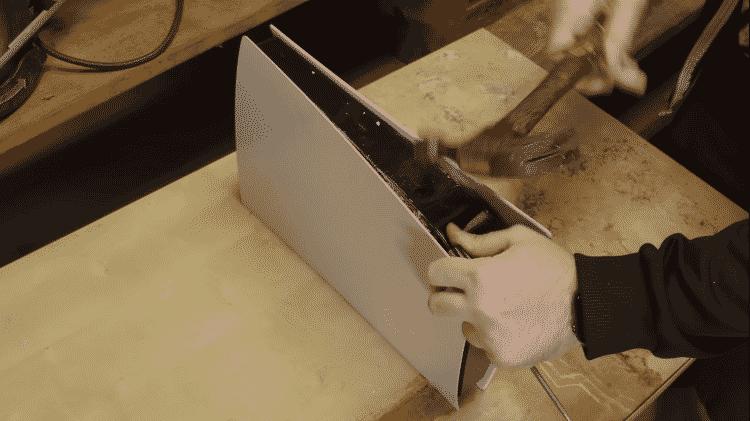 Youtuber destruindo o PS5 com martelo - Reprodução / YouTube (@Mega64) - Reprodução / YouTube (@Mega64)