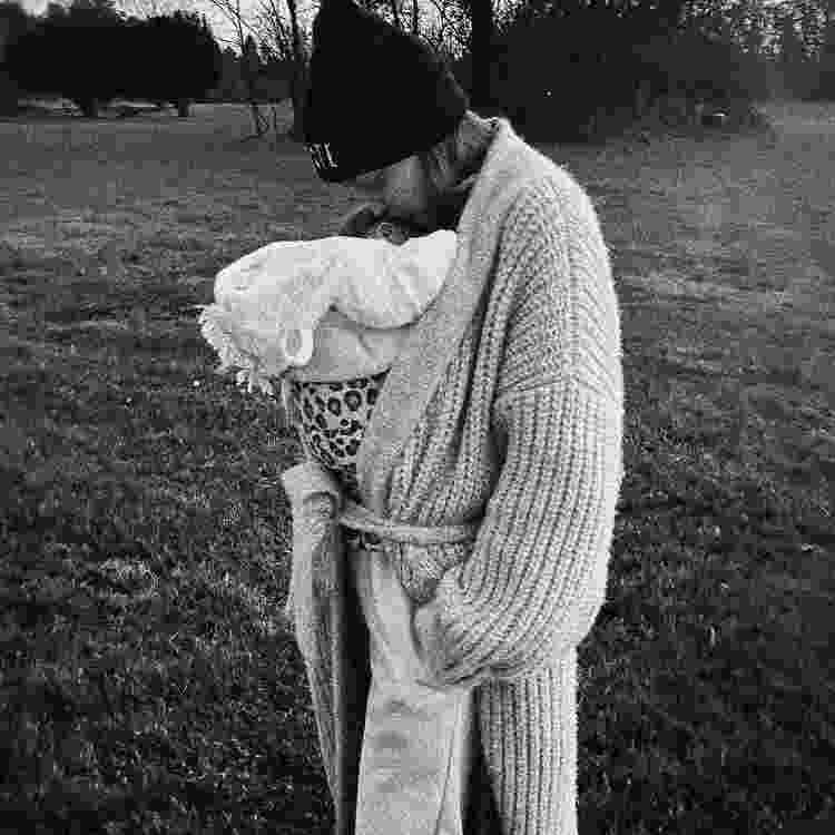 Gigi Hadid posa com filha recém-nascida no colo - Reprodução/Instagram - Reprodução/Instagram