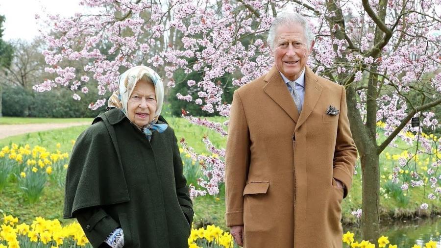 Príncipe Charles e Rainha Elizabeth 2ª estavam presentes na inauguração de uma nova sessão parlamentar - Reprodução Twitter/Chris Jackson