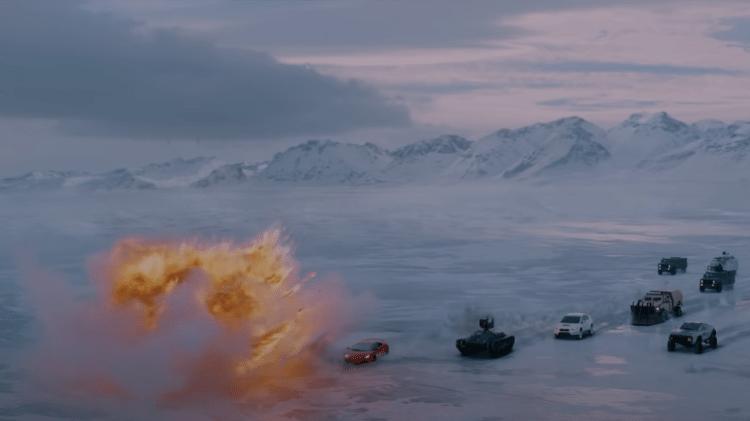 Lamborghini insegue in un mare ghiacciato in Russia;  Nella scena il sottomarino è ancora sotto il ghiaccio - moltiplica - moltiplica
