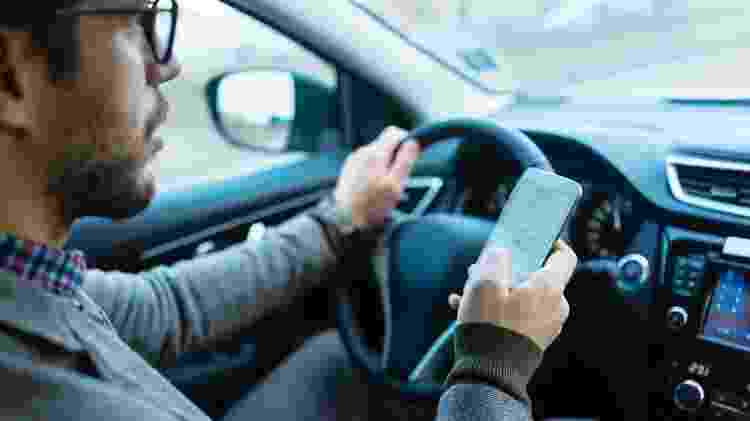dirigir; celular - iStock - iStock