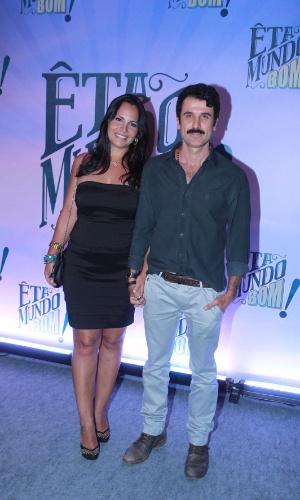 Eriberto Leão chega acompanhado da mulher, Andrea Leal, à festa de lançamento de