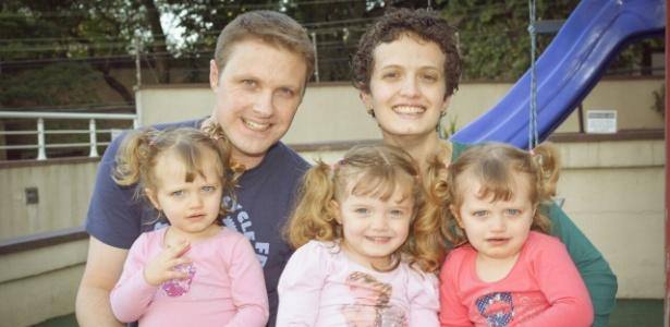 Daniela e o marido, Fernando, com Gabriela, Catarina e Emília (da esq. para a dir.) - Arquivo Pessoal